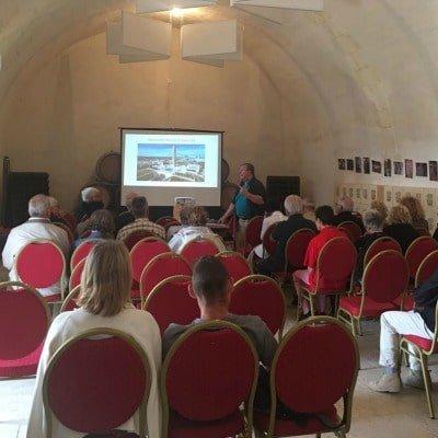Conférence 22 juillet 17 orateur et public sur des chaises rouges salle Robert de Courtenay du château de Selles sur Cher