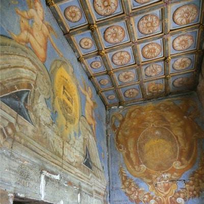 Peintures murales XVIIe siècle plafond caissons et murs décorés en bleu ocre et jaune doré de figures à l'antique
