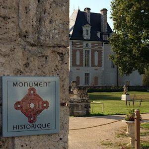Panneau Monument historique sur fond de Pavillon Béthune