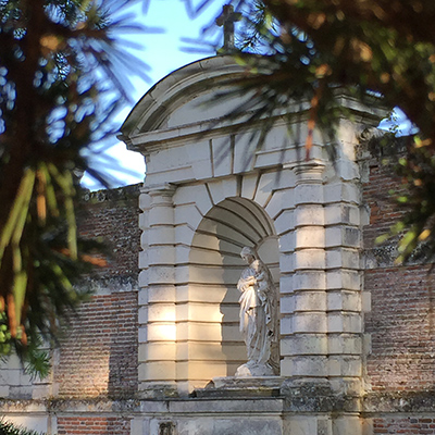 Vue de la Vierge Marie dans le parc du château de Selles sur Cher