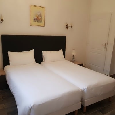 Des chambres tout confort en centre-ville avec salle à manger et cuisine commune toute équipée